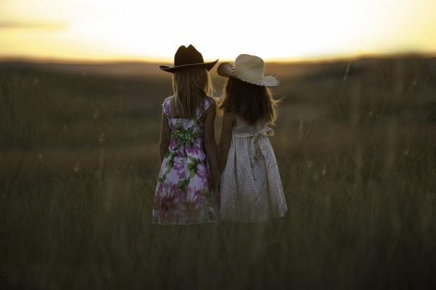 sisters-931151_1920